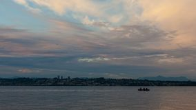 Timelapse van wolken en hemel over Witte Rots BC Canada van Semiahmoo-Baai in Blaine, Washington bij zonsondergang 4k stock video