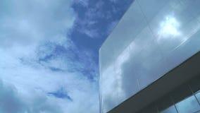 Timelapse van wolkenkrabber met weerspiegelende oppervlakte stock video