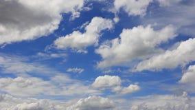 Timelapse van wolkenmotie die zich in de blauwe dag van de hemel zonnige zomer voor overgangsdoel bewegen stock videobeelden