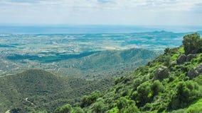 Timelapse van wolkenschaduwen die zich op groene heuvels bewegen Zonnige de zomerdag in bergen stock video