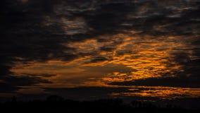 """Timelapse van zonsondergang†""""mooie rood-gele hemel stock video"""