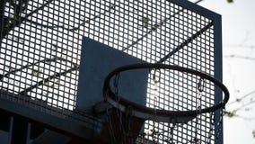 Timelapse van zonsopgang op streetballhof stock footage