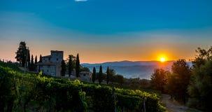 Timelapse van zonsopgang over Toscaanse wijngaard die in mist in dichtbijgelegen Castellina in Chianti, Italië wordt behandeld stock footage