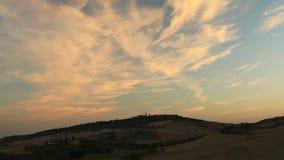 Timelapse van zonsopgangwolken over Pienza, Toscanië stock footage