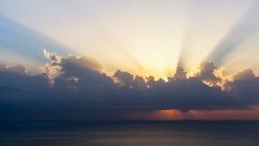 Timelapse van zonstralen die hoewel de wolken bij zonsopgang over overzees te voorschijn komen stock video