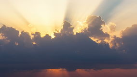 Timelapse van zonstralen die hoewel de wolken bij zonsopgang over overzees te voorschijn komen stock videobeelden