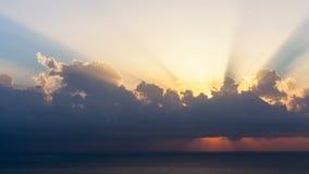 Timelapse van zonstralen die hoewel de wolken bij zonsopgang over overzees te voorschijn komen stock footage