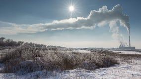 Timelapse Vapor móvil a partir del día soleado del invierno de la planta de CHP de los tubos almacen de metraje de vídeo