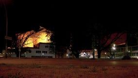 Timelapse: Verkeer voor Beroemde Berliner Philharmonie in Berlin At Night stock video