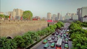 Timelapse-Verkehr auf verkehrsreicher Straße nahe durch Xi'an-Stadtmauer, Xian, Shaanxi, China stock video footage