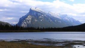 Timelapse Vermillion sjöar och montering Rundle nära Banff, Alberta 4K stock video