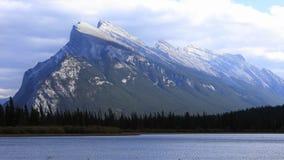 Timelapse Vermillion sjöar och montering Rundle nära Banff, Kanada 4K stock video