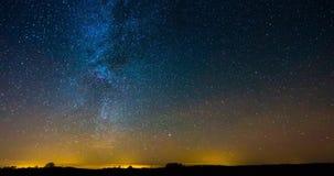 Timelapse video av galaxflyttningen för mjölkaktig väg över himlen stock video