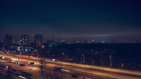 Timelapse video av nattstadstrafik och moln arkivfilmer