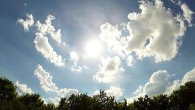 Timelapse video av solen och moln arkivfilmer