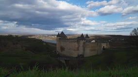 Timelapse, vista del castello antico alto nelle colline verdi stock footage