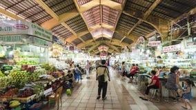Timelapse-vistor Einkaufen bei Ben Thanh Night Market stock video footage