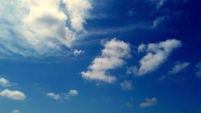 Timelapse vita härliga moln kör mot den blåa himlen lager videofilmer