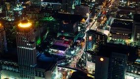 Timelapse von belichteten Straßen und von multi farbigem Verkehr während der Nachtzeit in der zentralen Verdichtereintrittsluftte stock footage