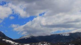 Timelapse von beweglichen Wolken über schneebedeckter Landschaft auf Pyrenean, Frankreich stock video footage