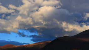 Timelapse von beweglichen Wolken bei Sonnenuntergang auf Pyrenean, Frankreich stock video footage