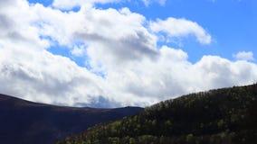 Timelapse von beweglichen Wolken ?ber H?gel auf Pyrenean, Frankreich stock video footage