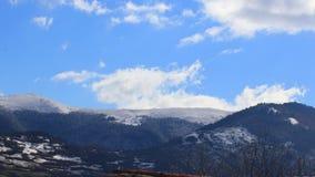 Timelapse von beweglichen Wolken ?ber schneebedeckter Landschaft auf Pyrenean, Frankreich stock footage