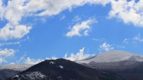 Timelapse von beweglichen Wolken ?ber schneebedeckter Landschaft auf Pyrenean, Frankreich stock video