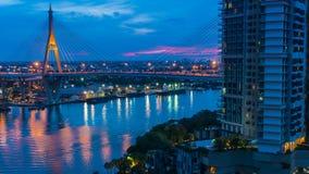Timelapse von Bhumibol-Brücke ist eins der schönsten Brücken in Thailand und der Bereichsansicht für Bangkok stock video