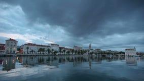 Timelapse von den dunklen Wolken, die über die Seeseite der Spalte in Kroatien überschreiten stock footage