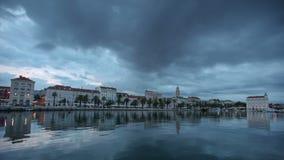 Timelapse von den dunklen Wolken, die über die Seeseite der Spalte in Kroatien überschreiten stock video footage