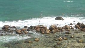 Timelapse von den Wellen, die Felsen auf Strand in Sri Lanka bedecken stock video