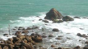 Timelapse von den Wellen, die Felsen auf Strand in Sri Lanka bedecken stock footage