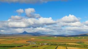 Timelapse von den Wolken, die über Isländerfelder und -wiesen mit Fluss sich bewegen und von Berg am sonnigen Tag stock footage