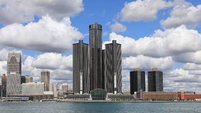Timelapse von Detroit-Skylinen über dem Detroit River 4K stock video