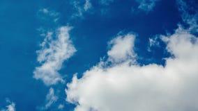 Timelapse von flaumigen Wolken am sonnigen Wurmtag stock video footage