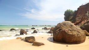 Timelapse von großen Felsen auf schönem sandigem Strand in Sri Lanka stock video footage