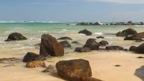 Timelapse von großen Felsen auf schönem sandigem Strand in Sri Lanka stock video