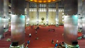 Timelapse von moslemischen Leuten in Istiqlal-Moschee stock video footage