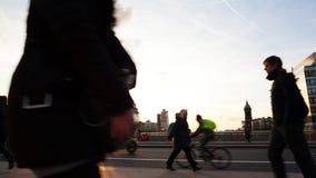 Timelapse von Pendlern bei Sonnenuntergang stock footage