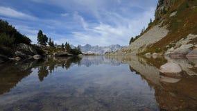 Timelapse von See Spiegelsee mit Reflexionen von Dachstein, Österreich stock video