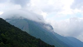 Timelapse von Wolken über Berg in Kaukasus, Russland stock video footage