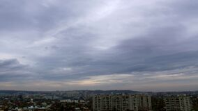Timelapse von Wolken über Stadtdachspitzen 4k stock video