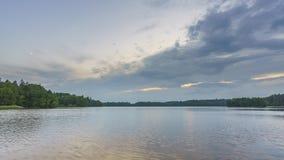 Timelapse von Wolken über Waldsee stock footage