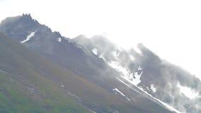 Timelapse von Wolken auf die Gebirgsoberseiten stock video footage