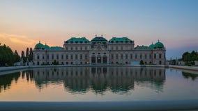 Timelapse wideo belwederu muzeum ogród przy zmierzchem w Wiedeń mieście, Austria czasu upływ 4K zbiory
