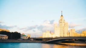 Timelapse widok dziejowy budynek w Moscow z rzeka przodem zbiory
