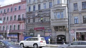 Timelapse widok ulica z budowa procesem stara beżowa budynek fasada zbiory