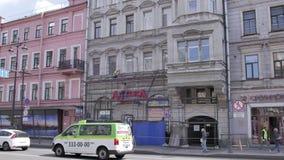 Timelapse widok zatłoczona ulica z budową stara beżowa budynek fasada zbiory wideo