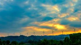 Timelapse-Windkraftanlagen auf Berg stock video